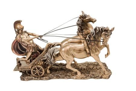 い背景に分離された 2 つの馬と馬車でローマの戦争のブロンズ像