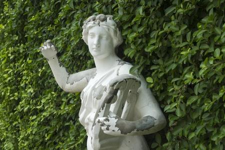 庭でローマの彫像