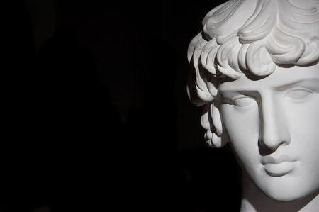 漆喰彫刻、黒い背景の頭