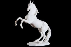 黒の背景に分離された馬のバッキングの古典的な白い大理石像