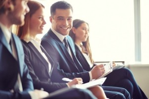 ビジネスの人々 の若い男の笑みを浮かべて