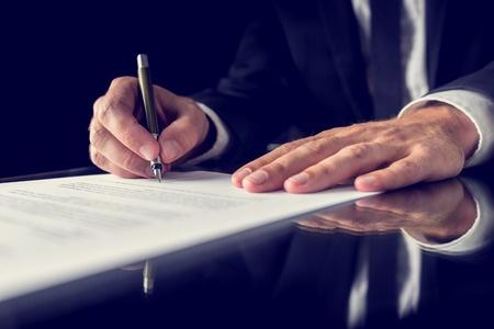 黒の机の上の重要な法的文書に署名の弁護士のレトロなイメージ