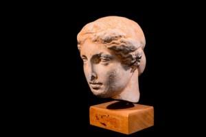 黒の背景に分離された古代ギリシャの彫像の頭